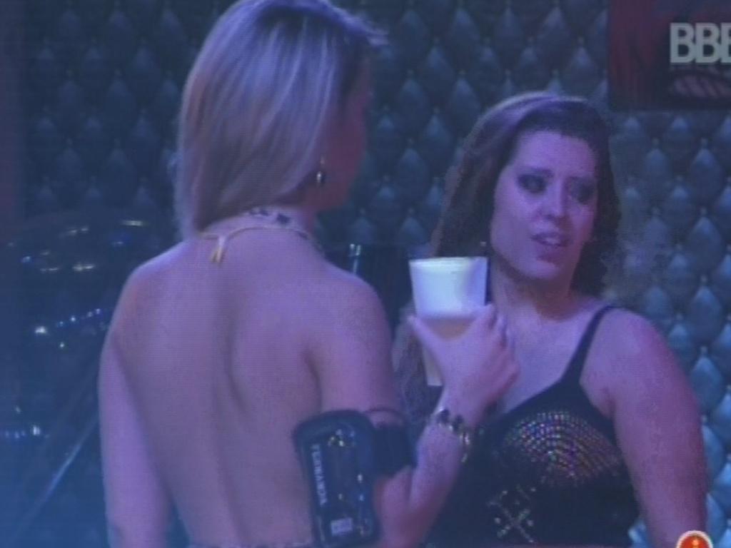 9.fev.2013 - Andressa e Fani voltam a conversar sobre formas de deixar Nasser e André longe do ator argentino