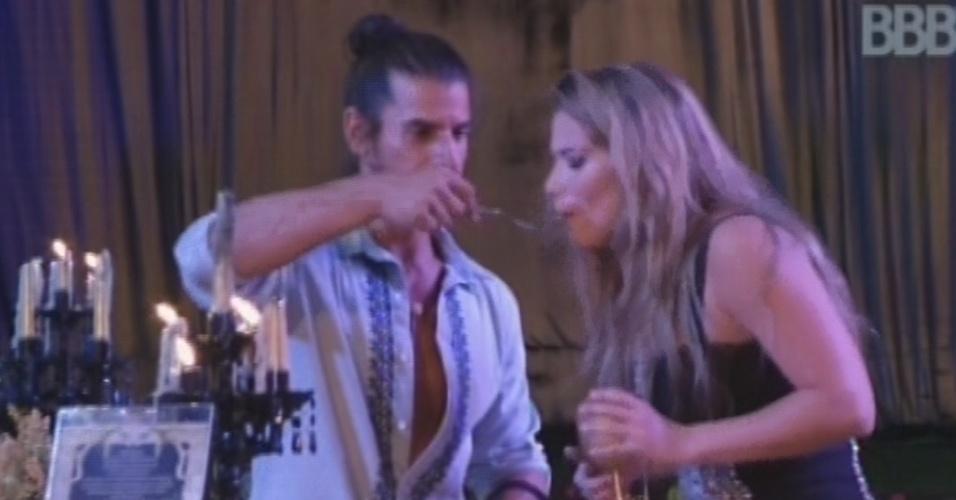 9.fev.2013 - Argentino Miguel dá comida na boca de Fani durante a festa