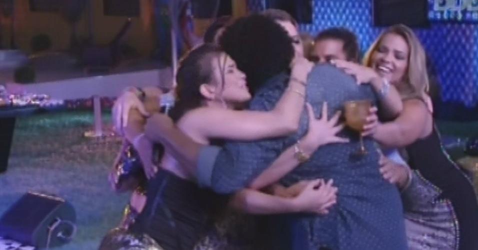 9.fev.2013 - Marquinhos Osócio recebe abraço coletivo dos brothers durante festa