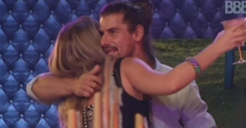 9.fev.2013 - Miguel dá abraço em Fani e agradece por ter sido bem acolhido na casa