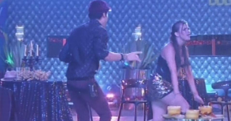 9.fev.2013 - Nasser e Kamilla são os primeiros a aproveitar a pista de dança da festa