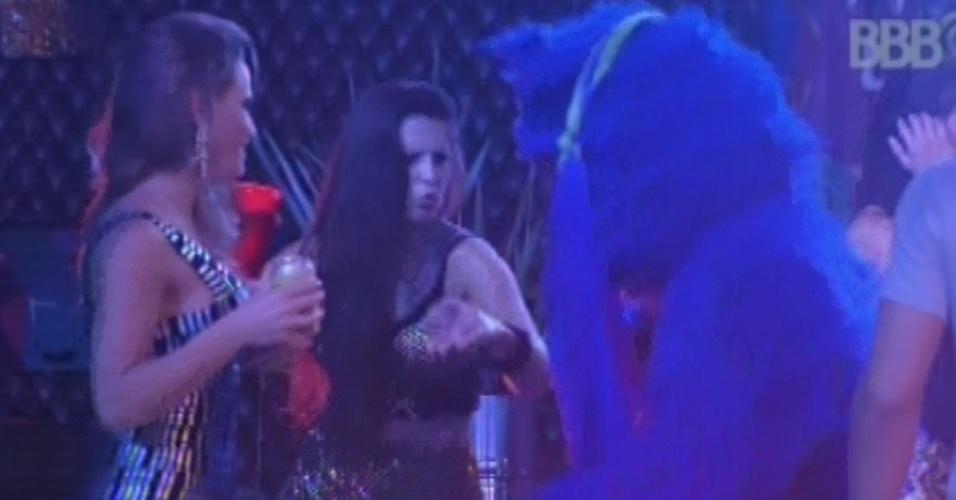 9.fev.2013 - Natália e Andressa dançam com o gato azul na festa