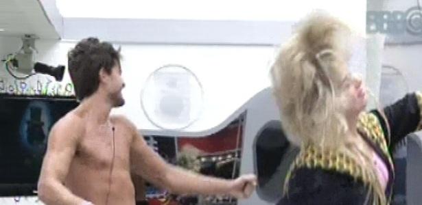 9.mar.2013 - André e Fernanda acordam dançando ao som de Guns N'Roses