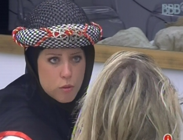 9.mar.2013 - Andressa desabafa com Fernanda no quarto do líder sobre Kamilla