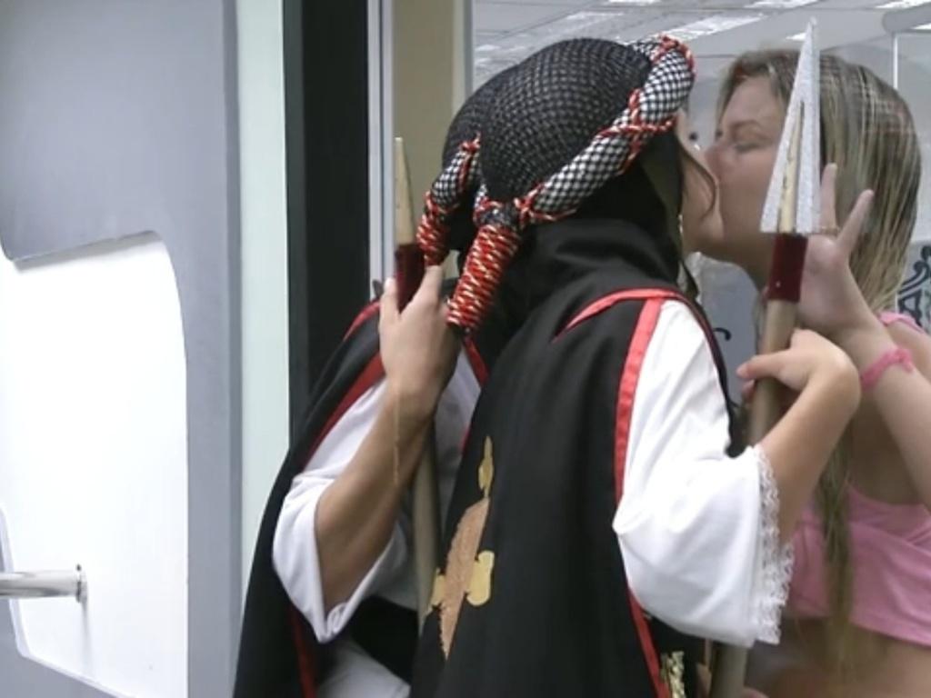 9.mar.2013 - Andressa e Kamilla cumprem o castigo do monstro e trocam selinho com Fernanda pelo vidro do quarto do líder