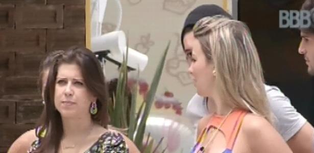 9.mar.2013 - Andressa, que abriu caixa surpresa na sexta, veta Kamilla e Fani da prova do anjo