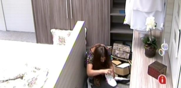 9.mar.2013 - Andressa revira terceiro cômodo à procura de chave para abrir a porta