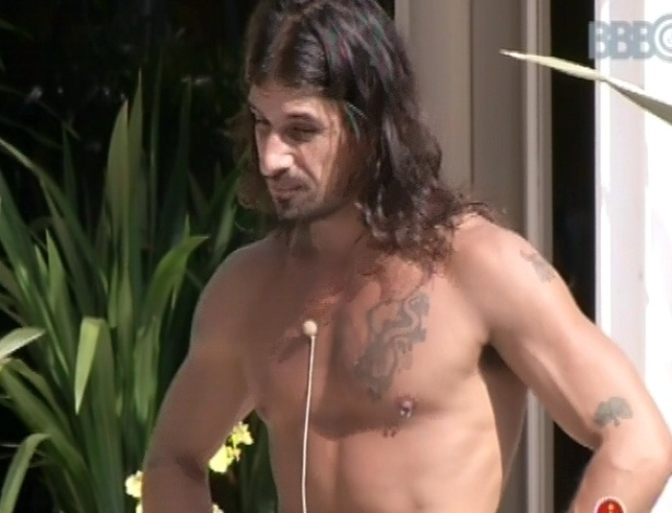 9.mar.2013 - Argentina Miguel exibe corpo e piercing no mamilo na beira da piscina