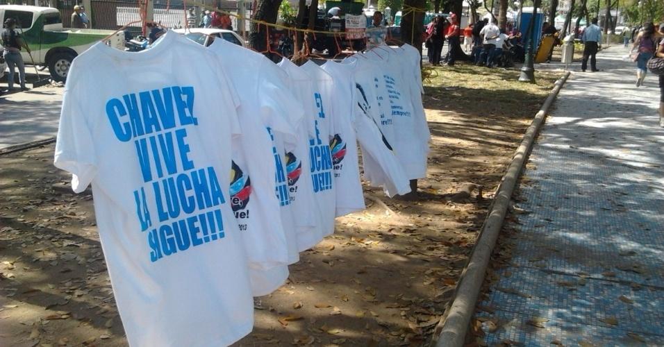 """9.mar.2013 - Camiseta à venda em banca na rua diz """"Chávez vive, a luta segue"""", um dos bordões lançados após a morte do líder venezuelano"""