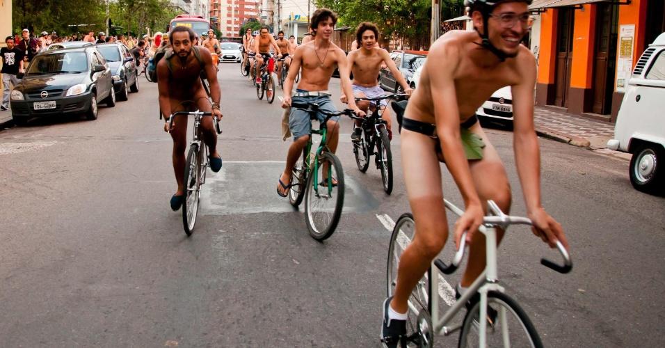 9.mar.2013 - Ciclistas de Porto Alegre (RS) promovem a