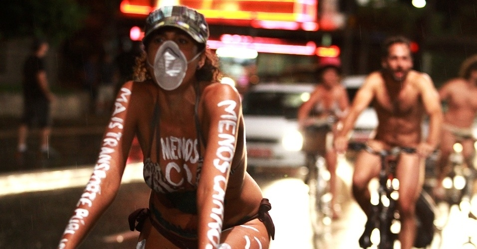 9.mar.2013 - Ciclistas de São Paulo (SP) promovem na avenida Paulista a