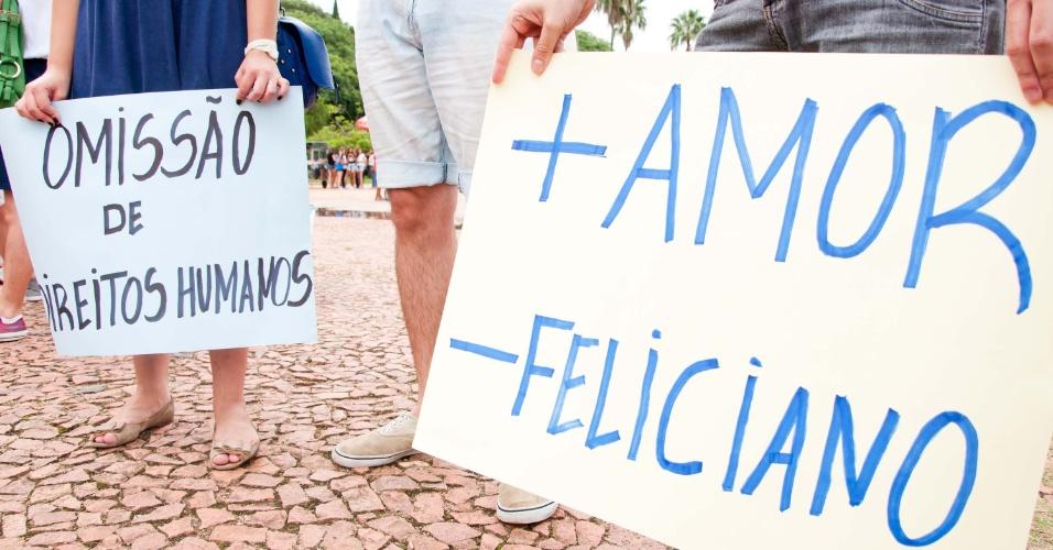 9.mar.2013 - Em Porto Alegre (RS), manifestantes protestam contra eleição do pastor Marco Feliciano (PSC-SP) à presidência da Comissão de Direitos Humanos da Câmara e pedem a saída de Renan Calheiros, presidente do Senado, durante ato na região do Parque Farroupilha