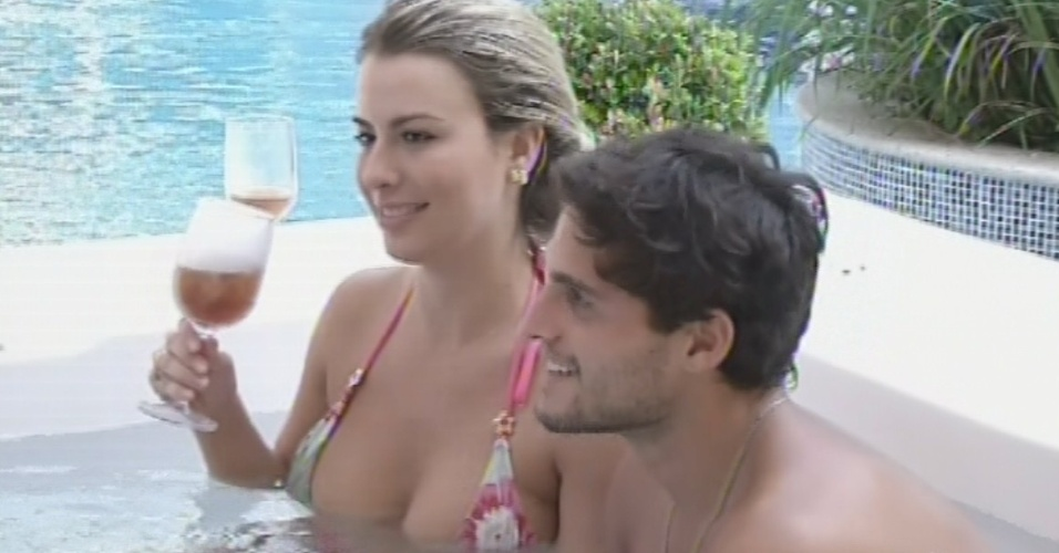 9.mar.2013 - Fernanda e André conversam com Miguel na hidromassagem e especulam sobre a caixa aberta por Andressa na sexta