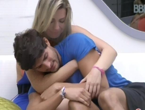 9.mar.2013 - Fernanda e André se abraçam no sofá, enquanto aguardam a prova do anjo