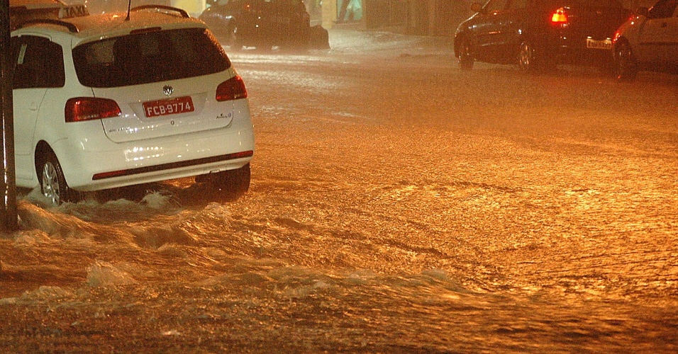 9.mar.2013 - Forte chuva na cidade de São Paulo causa alagamento na Rua Pedroso, no bairro da Bela Vista, região central, neste sábado (9)