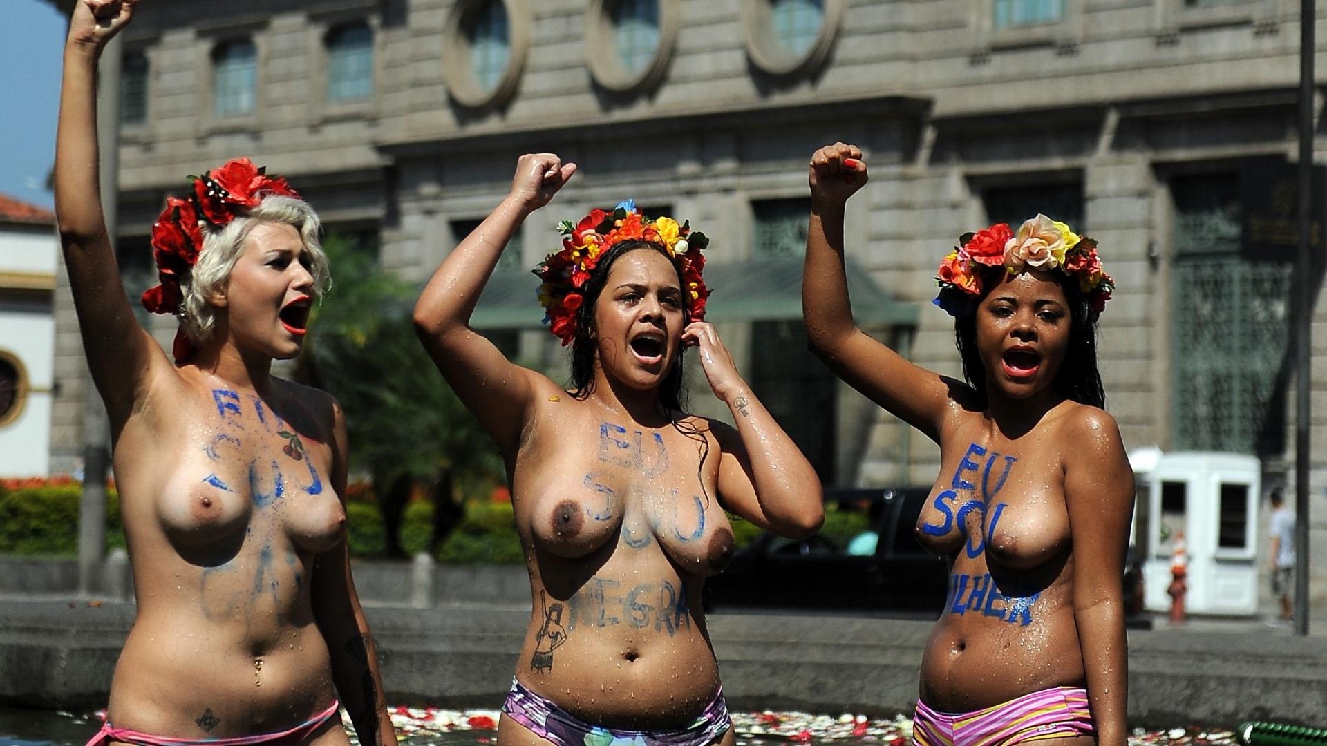 9.mar.2013 - Integrantes do grupo Femen fazem protesto neste sábado (9), em frente à igreja da Candelária, no centro do Rio de Janeiro, contra a homofobia