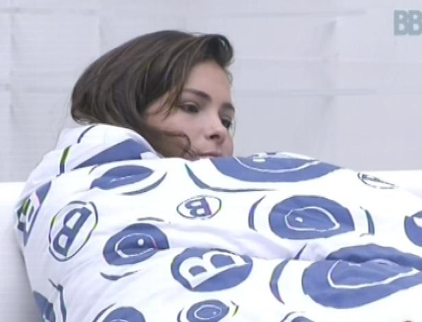 9.mar.2013 - Kamilla acorda, se enrola em um cobertor e vai para o sofá da sala