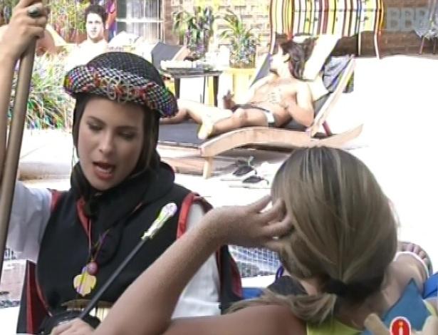 9.mar.2013 - Kamilla conversa com Fani sobre o argentino Miguel e diz que a loira tem que aproveitar a estadia dele na casa