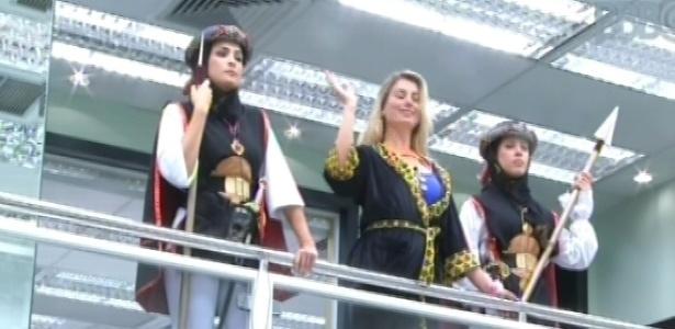 9.mar.2013 - Kamilla e Andressa cumprem o castigo do monstro, que é proteger a líder Fernanda toda vez que tocas uma corneta