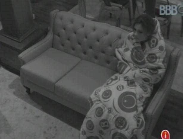 9.mar.2013 - Kamilla se enrola no cobertor novamente e senta no sofá da xepa, no escuro