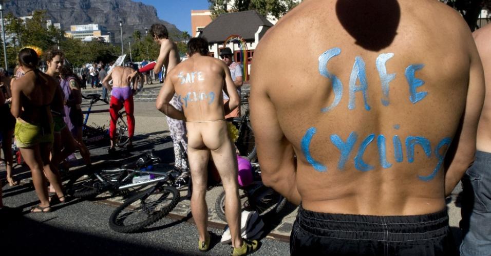 9.mar.2013 - Manifestantes pelados participam neste sábado (9) da terceira