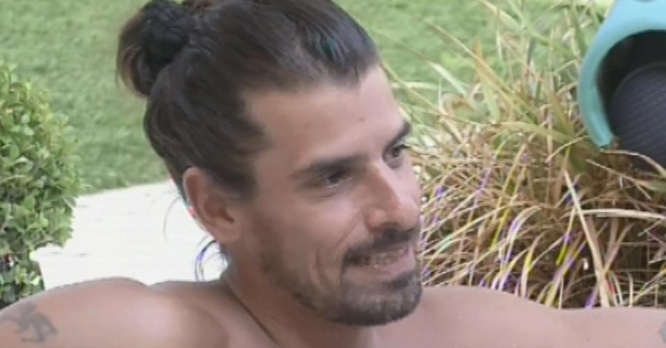 9.mar.2013 - Miguel conversa com André e Fernanda na banheira