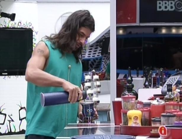 9.mar.2013 - Miguel prepara um chimarrão argentino na cozinha, nesta manhã