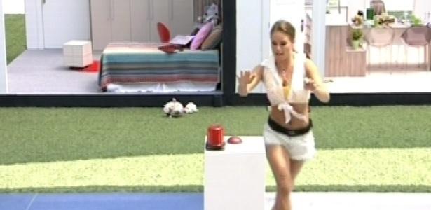 9.mar.2013 - Natália corre para apertar o botão e é faz o menor tempo de todos