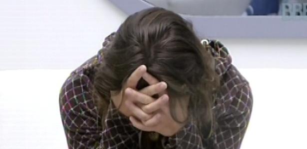 9.mar.2013 - Natália se concentra, dentro da casa, para fazer a prova do anjo