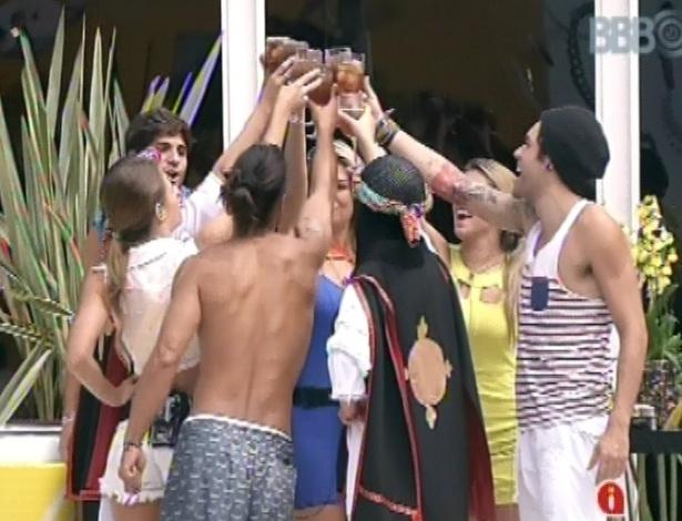 """9.mar.2013 - Os sete brothers brindam pela vinda do argentino Miguel à casa do """"BBB13"""""""