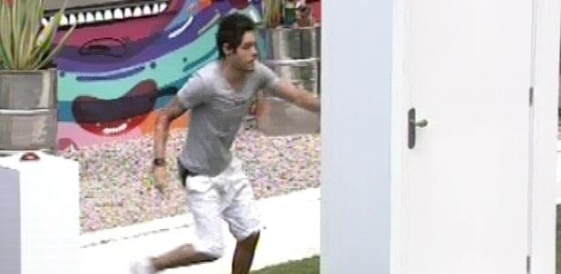 9.mar.2013 - Terceiro a fazer a prova, Nasser aperta o botão e parte para o primeiro cômodo