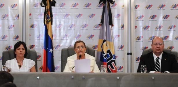 Tibisay Lucena (centro), presidente do CNE (Conselho Nacional Eleitoral) da Venezuela, foi alvo das sanções