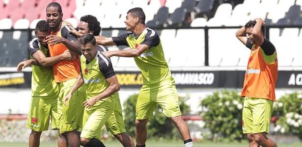 Dedé brinca com os companheiros do Vasco durante treinamento em São Januário (09/03/2013)