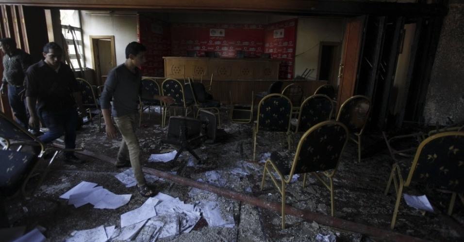 Federação Egípcia de Futebol ficou tomada pelas cinzas após manifestantes, motivados pela condenação à pena de morte dos 21 torcedores, terem ateado fogo no prédio