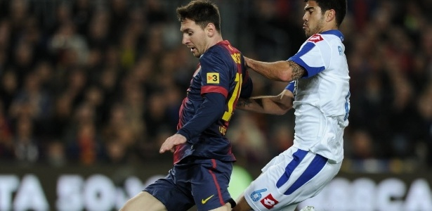 Messi carrega a bola diante da marcação de Aythami, do La Coruña, pelo Espanhol