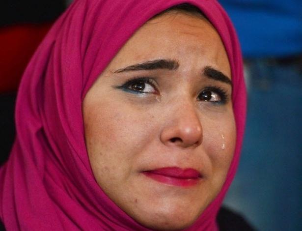 09.mar.2013 - Mulher chora após confirmação da pena de morte a 21 pessoas por tragédia campal. O julgamento foi transmitido ao vivo no Egito