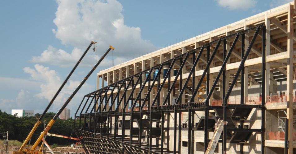 09.mar.2013 - A empresa responsável pela montagem da estrutura metálica da Arena Pantanal abandonou a obra acusando o consórcio responsável pelo projeto de calote