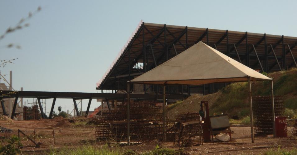 09.mar.2013 - De acordo com o consórcio responsável pela Arena Pantanal, cerca de 800 operários se revezam em dois turnos na obra: para o prazo ser cumprido, um terceiro turno deve ser inaugurado em breve