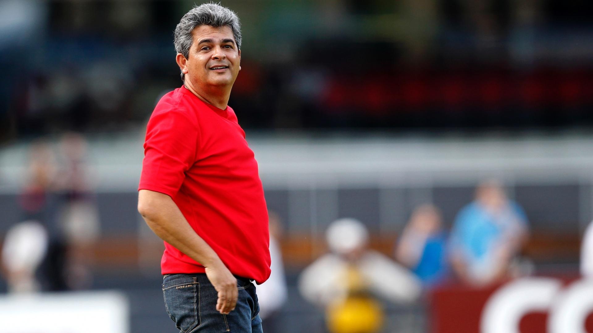 10-03-2013 - Ney Franco observa jogada do São Paulo no clássico contra o Palmeiras