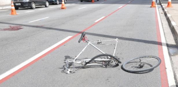 Após acidente na avenida Paulista, a bicicleta ficou retorcida e o ciclista perdeu o braço  - J. Duran Machfee/Futura Press