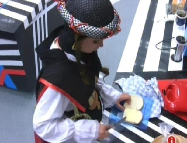 10.mar.2013 - Andressa prepara sanduíches com manteiga após acordar, no início da tarde