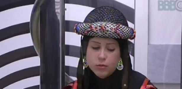 10.mar.2013 - Andressa, vestida com roupa do castigo do monstro, se dirige à sala após toque de despertar