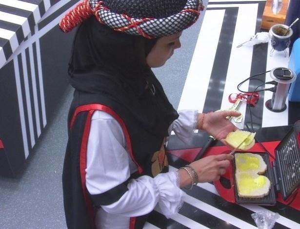 10.mar.2013 - Antes de voltar a dormir, Kamilla prepara três pães com manteiga e ainda come mais um puro, enquanto aguardava os outros na torradeira