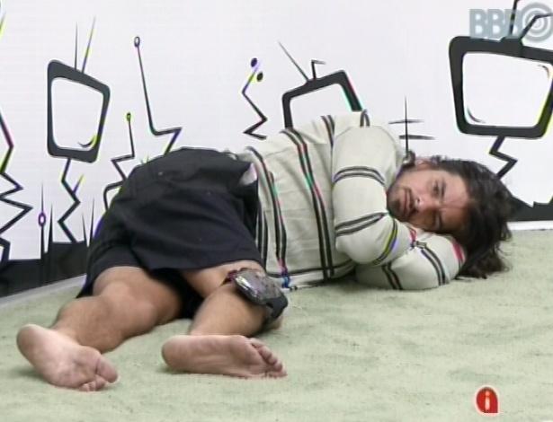 10.mar.2013 - Argentino Miguel deita no chão da sala após toque de despertar