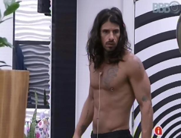10.mar.2013 - Argentino Miguel se levanta após toque de despertar, mas não entender por que eles foram acordados