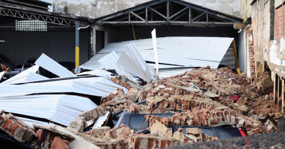 10.mar.2013 - As fortes chuvas deste sábado (9) derrubaram um muro de arrimo em um estacionamento na Rua Oliveira Alves, no bairro do Sacomã, na cidade de São Paulo. No local, havia 30 veículos parados