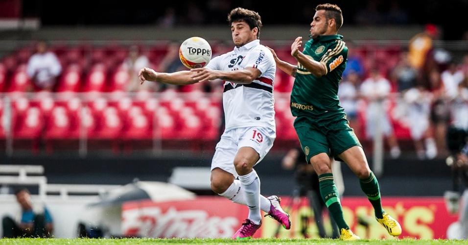 10.mar.2013 - Atacante Aloísio (esq), do São Paulo, domina a bola durante o clássico contra o Palmeiras, pelo Campeonato Paulista