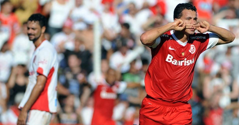 10.mar.2013 - Atacante Leandro Damião (dir), do Internacional, comemora após marcar contra o São Luiz, pela final da Taça Piratini