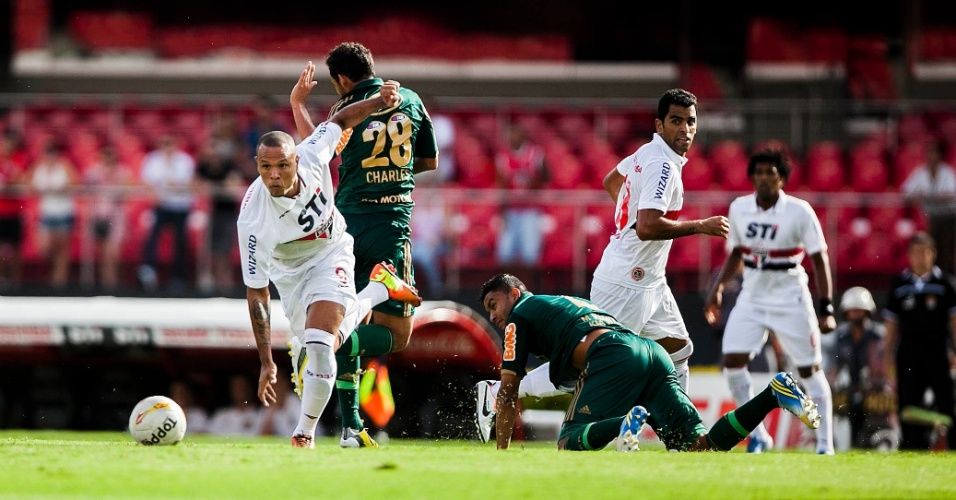 10.mar.2013 - Atacante Luis Fabiano, do São Paulo, dribla o volante Charles, do Palmeiras, durante clássico pelo Campeonato Paulista