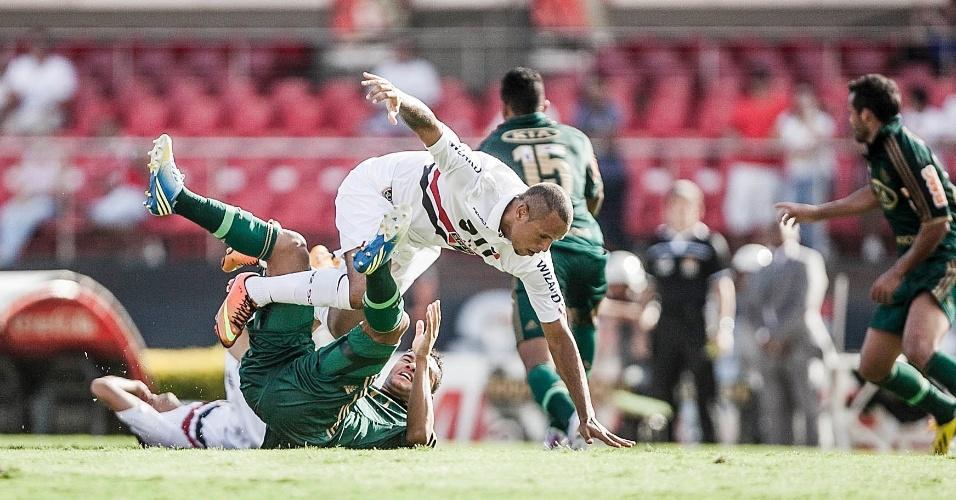 10.mar.2013 - Atacante Luis Fabiano, do São Paulo, sofre falta durante o clássico contra o Palmeiras, pelo Campeonato Paulista